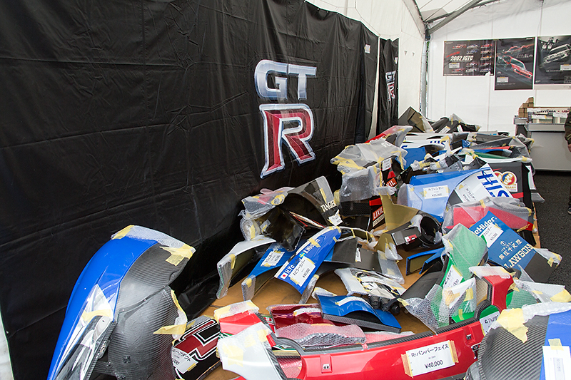 レースで実際に使われたパーツが並ぶガレージセール。3枚しかなかったボンネットフードはすぐに売約済みとなってしまった