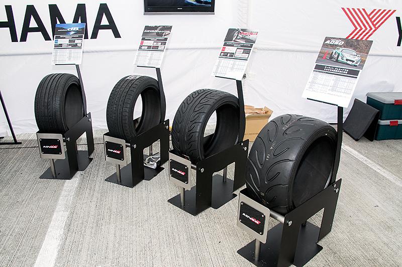 市販スポーツタイヤが並ぶヨコハマタイヤブース