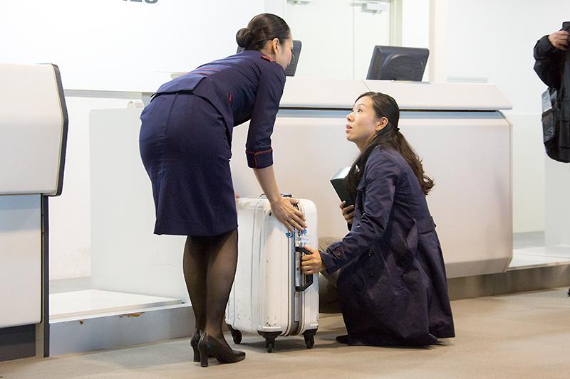 カバン内にお酒の瓶があることを聞き「割れることもあるので手荷物として機内に持ち込んでは?」と提案