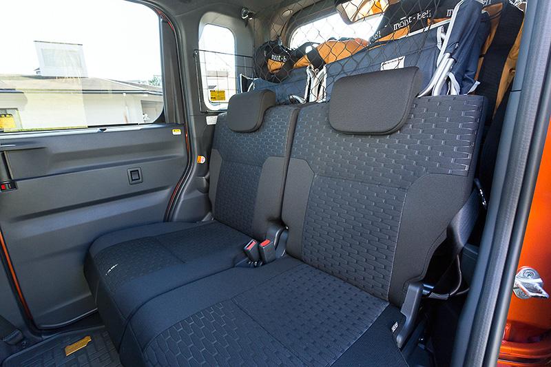 左右別々にスライド(最大240mm)できる後席はリクライニングも可能。ラゲッジ側のレバーでスライドを行うこともできる