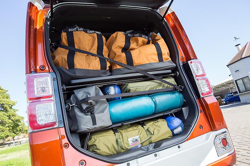 「ミラクルラゲージ」と呼ばれる大容量の荷室もウェイクの特徴の1つ。最大1140×950×420mmの荷室空間に加え、2Lのペットボトルを24本積載可能な最大320×640×380mmサイズのアンダートランクも用意される