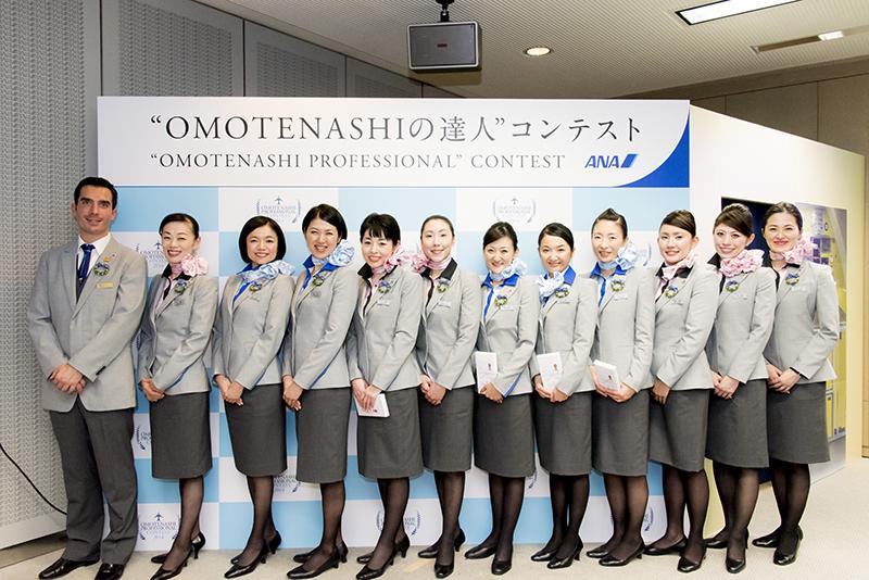 """第2回""""OMOTENASHIの達人""""コンテストのファイナリスト。着用しているのは4月に発表されたグレーを基調とする新しい制服"""