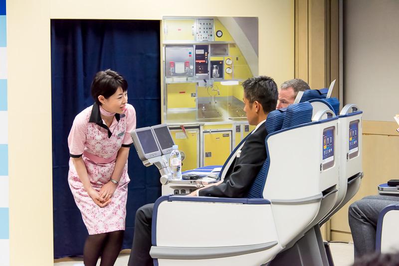 疲れたので休みたいと言う乗客に対し、気遣うように腰を落とし、視線を乗客と同じ高さにして対応。これはほかのファイナリストのCAも同じようにする姿が見受けられた