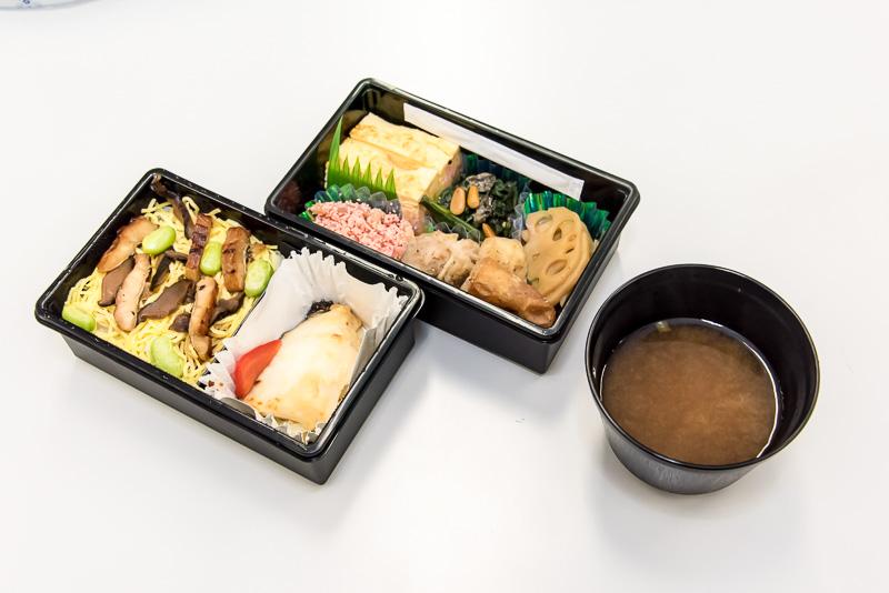 今回の個人部門の食事として提供された赤坂「津やま」のお弁当。12月より夕食時間帯にプレミアムクラスで提供されている。初めて温かい食事が提供されるようになったのも特徴。筆者もご相伴に預かる機会を頂いた。特に銀ダラが機内食とは思えない柔らかさと味わいで非常に美味だった