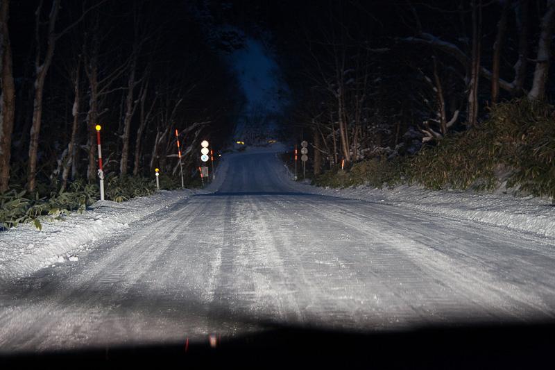 闇の中を照らすXV ハイブリッドのヘッドライト。こういう悪条件は、タイヤのグリップがしっかりしているほうがいい