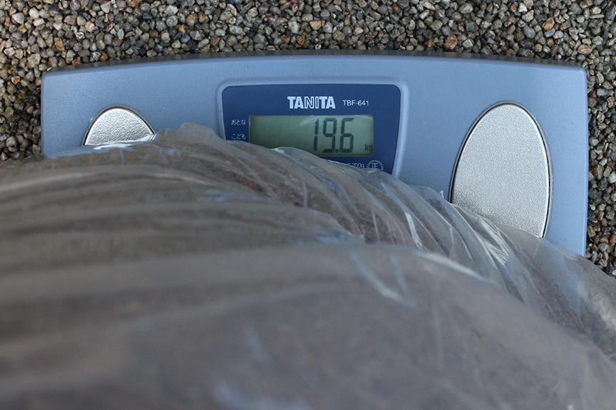 ヴィッツくんの荷室を占領するほどの太巻きは、20m巻で質量約20kg。重量増は痛いが、安価に防音吸音効果が得られるので重宝する