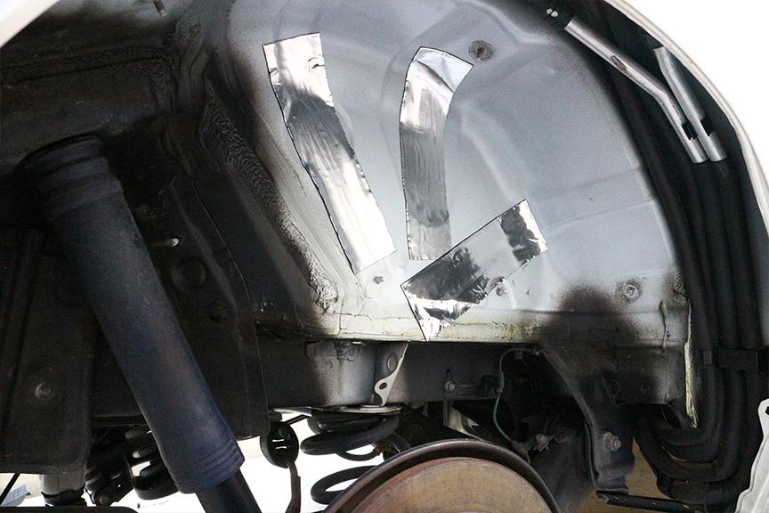 制振材を貼りつけた上に防音材を貼り付け、さらに隙間をニードルフェルトで埋めていく。見るからに吸音してくれそうだぞ