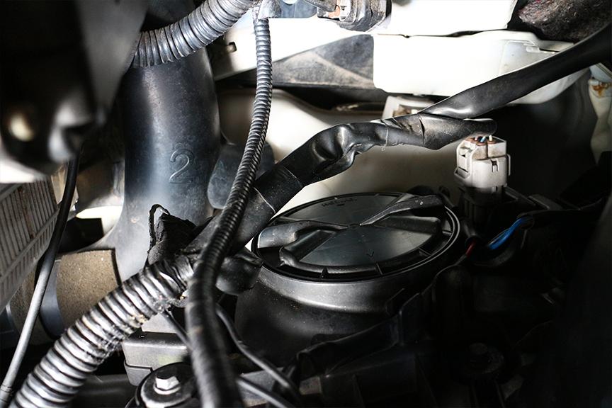 HIDバーナーにアクセスするためには、ヘッドライトASSYの防水カバーを開ける必要がある。できれば湿度の低い晴れた日に作業したいところ