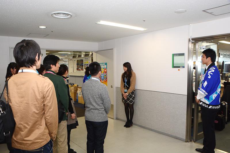 ANAのオフィス見学のコーナーでは、2班に分かれてフライトオペレーションセンターを見学
