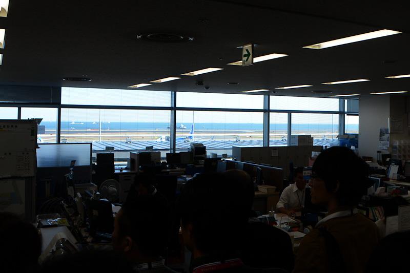 オフィスの窓からは羽田空港第2ターミナルと海側のC滑走路が見える