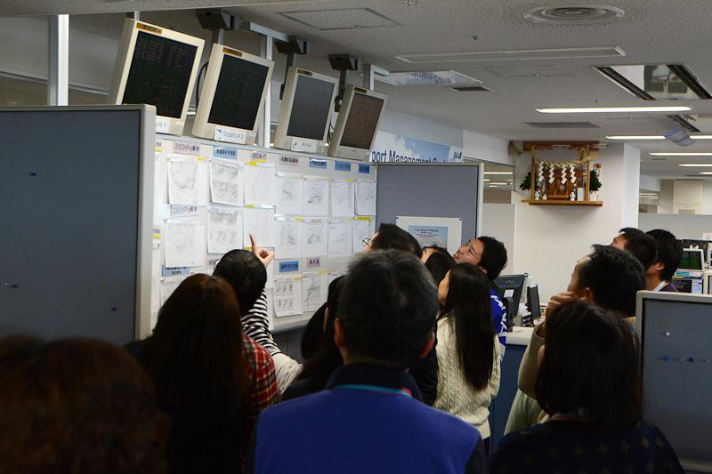 オフィス内各所や天気図が表示されたディスプレイなどの説明を受けた