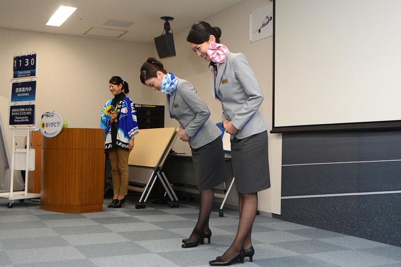 CAの新制服を着用した徳山茉里さん(手前)、江頭薫さん(奥)