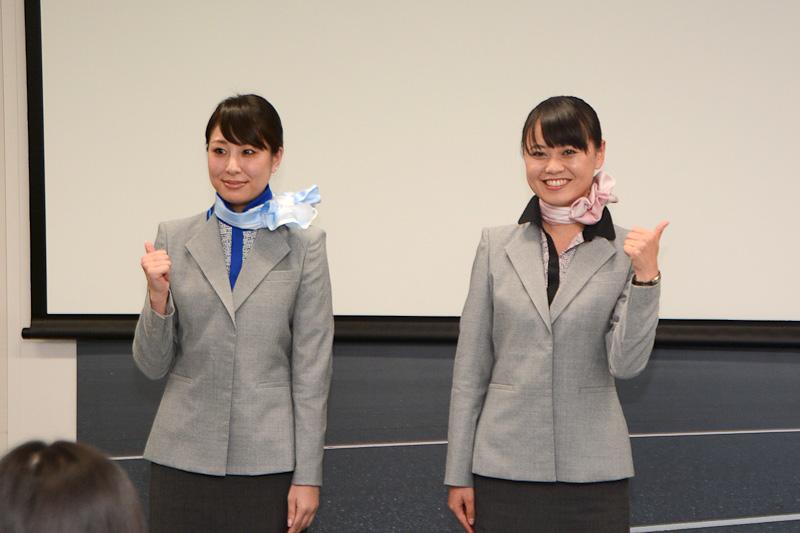 旅客スタッフの新制服を着用した佐々木奈美さん(右)、河北真貴さん(左)