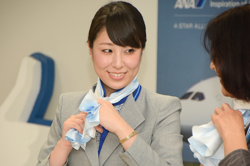 旅客スタッフによるスカーフの巻き方講座では佐々木さんが説明、河北さんが実演した