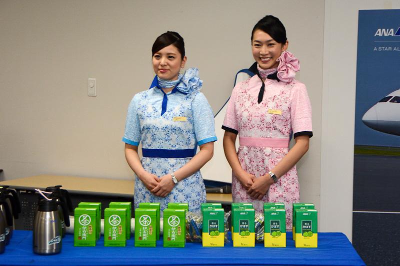 昼食時には、新デザインのエプロンを身に着けた徳山さんと江頭さんがドリンクをサーブ
