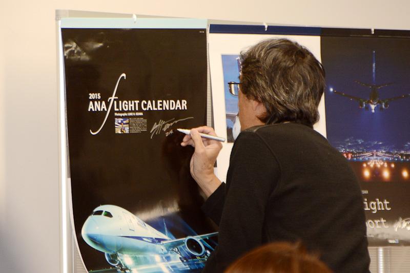 プレゼントのカレンダーはもちろん、参加者からのリクエストに応えて気軽にサインに応じるオザワ氏