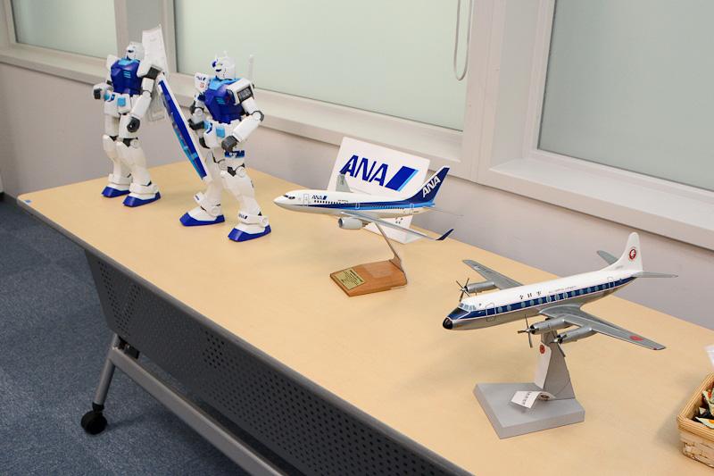 ANAが1960年代に運用したビッカーズ・バイカウント(一番手前)やボーイング737、ガンダムの模型も展示