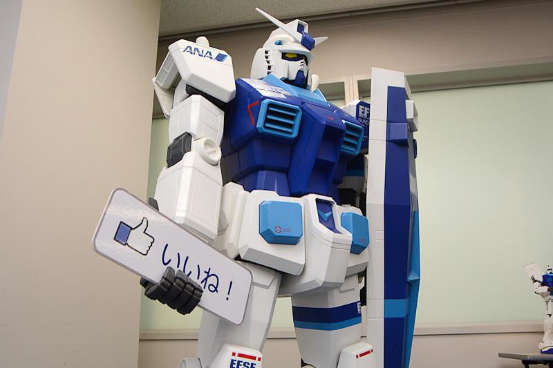 会場にはFacebookの「いいね!」の看板を手にしたガンダムの大型模型も