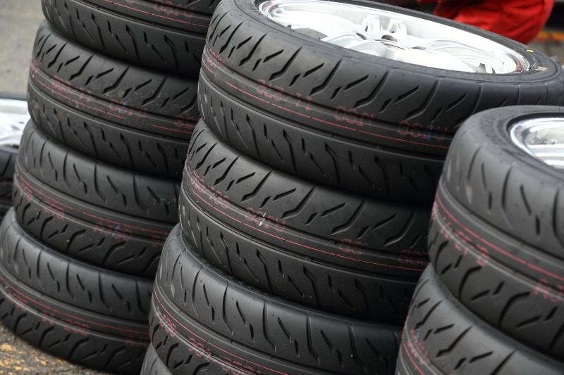 山と積まれたRE-71Rの新品タイヤ。試乗会参加社は、それぞれ新品タイヤでのタイムアタックを行った