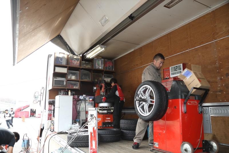 SUPER GTを開催しているのではないかと思うほどのタイヤが持ち込まれていた。RE-11AからRE-71Rへ、タイムアタックが終わる度にタイヤ交換が行われていた