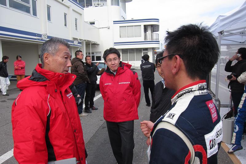 開発者であるブリヂストン PSタイヤ開発第1部長 渡辺信幸氏やブリヂストンスタッフに、走行後の感触を伝達中