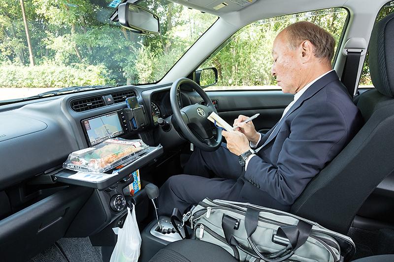 テーブルや鞄を置く場所などがよく考えられているので車内での事務作業も便利。本当はノートPCなどを使うのが今風なのだろうが、筆者は手書きメモ派