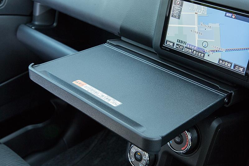 A4サイズのノートPCが置けるインパネテーブル。最大重量は10kgとなる