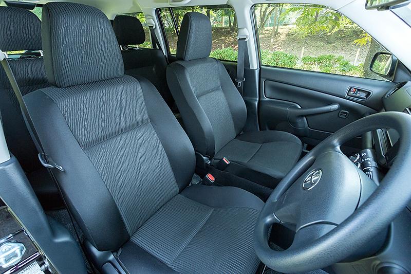 リクライニング角度が44度から76度になったフロントシート。車内で寝られるようになった