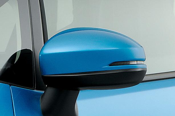 「オートリトラミラー」「IRカット(遮熱)/UVカット機能付フロントウインドウガラス」などがベースモデル以外に標準装備された