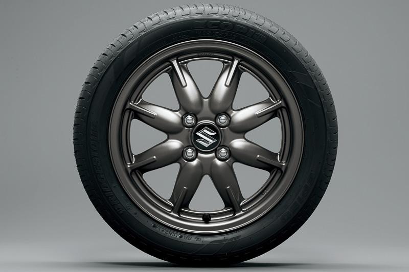 最上級グレードのXのみ15インチのタイヤ&アルミホイールを採用。タイヤサイズは165/55 R15 75V。写真のガンメタリック塗装は2トーンバックドア用。単色のボディーのときはシルバーになる