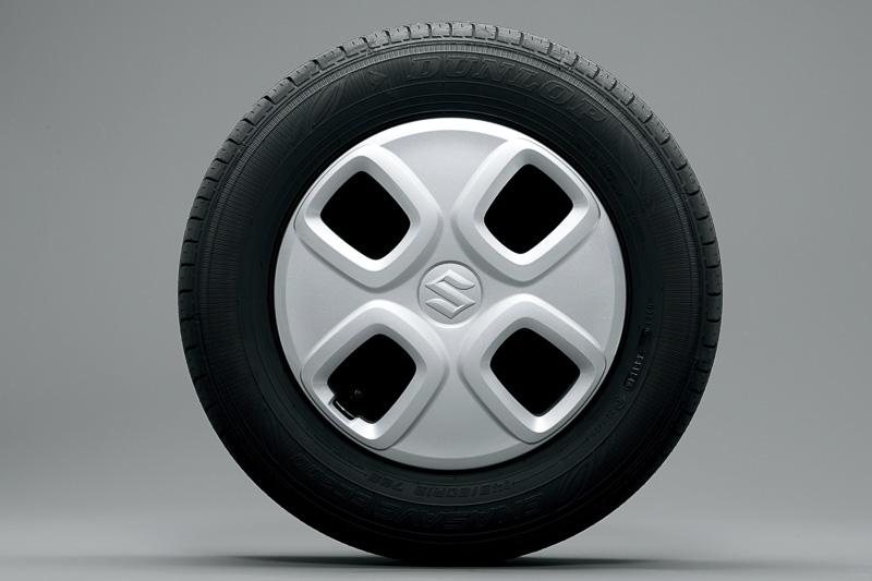 X以外のグレードでは13インチタイヤ&スチールホイール+ホイールキャップを装着。タイヤサイズは145/80 R13 75S