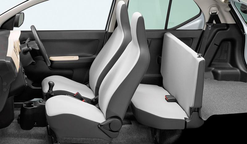 5速MT車のシフトレバーは運転席と助手席の間に配置。シートバックが直立した簡易的なリアシートを設定する