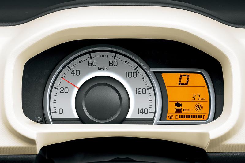 スピードメーターの中央部分は、通常時はブルー、高効率な走行時はグリーン、エネチャージ作動時はホワイトに発光する