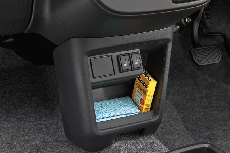 インパネ下側に「センターロアポケット」を設定。4WD車を中心にフロントシートヒーターを標準装備する