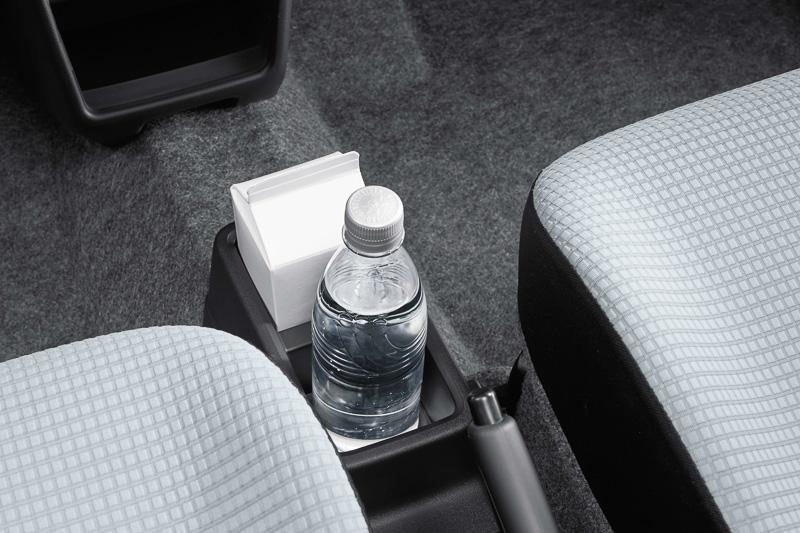 5速MT車以外に用意される「フロントコンソールドリンクホルダー」は500mlの紙パック飲料に対応