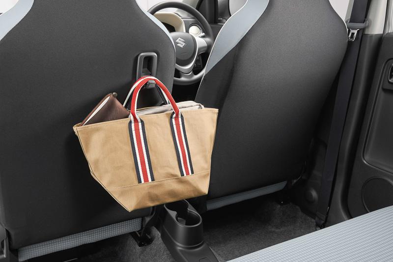 助手席シートバックの格納式ショッピングフックは乗用モデル全車に標準装備