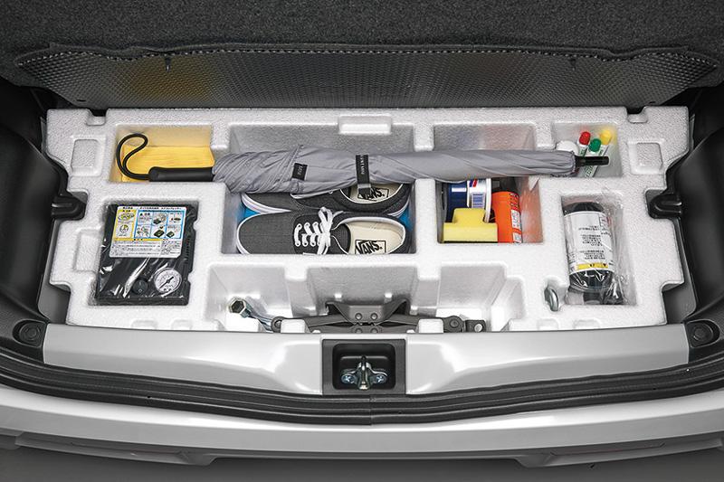 乗用モデルのラゲッジスペース下に、発泡スチロール製のラゲッジアンダーボックスを用意する