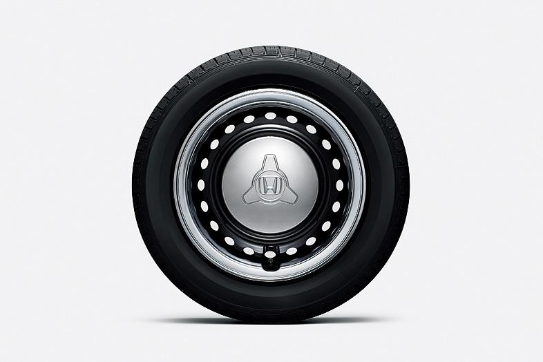 X専用の14インチカラードディッシュホイール。ブラック(左)とホワイト(右)の2色を用意。タイヤサイズは155/65 R14 75S