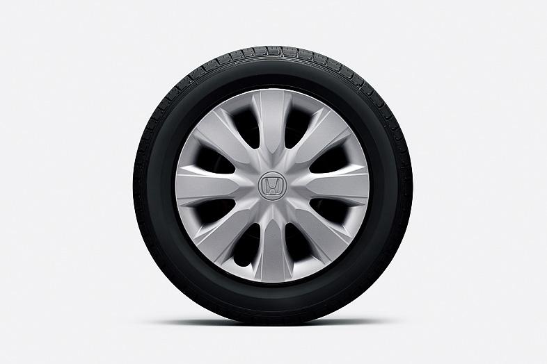 Gグレードの各車は14インチのスチールホイール+フルホイールキャップを装着。タイヤサイズは155/65 R14 75Sで、シルバー(左)とホワイト(右)を設定する