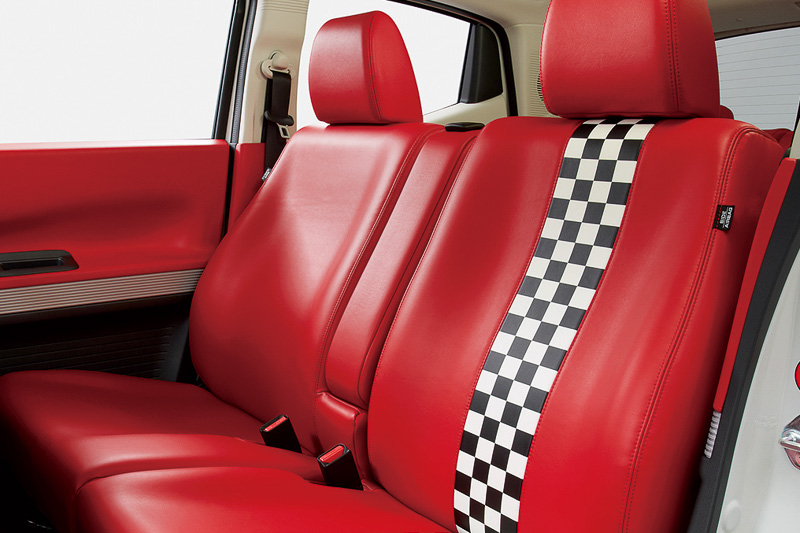 X、X・ターボに設定される「インテリアカラーパッケージ」では、合成皮革シート、加飾パネル付きステアリング、専用カラーのインパネ加飾などが装着される