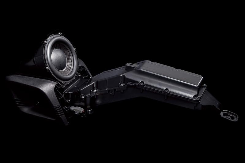 高音質を追究した「サウンドマッピングシステム」では専用のバックロードホーン型サブウーファーを開発。シート下の空間にホーン部を2階建て構造で設定し、4.7Lのエンクロージャーで10L相当の低音を実現。トランクなどに設置されることが多いサブウーファーだが、耳の前方になるインパネ側に設置したことも音質向上に寄与するという