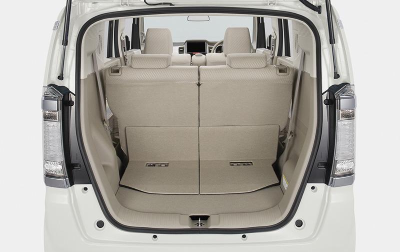 荷室容量は床下収納と合わせて4人乗車時で296L。リアシートを両側ともダイブダウンさせた最大時のユーティリティー・モードでは743L