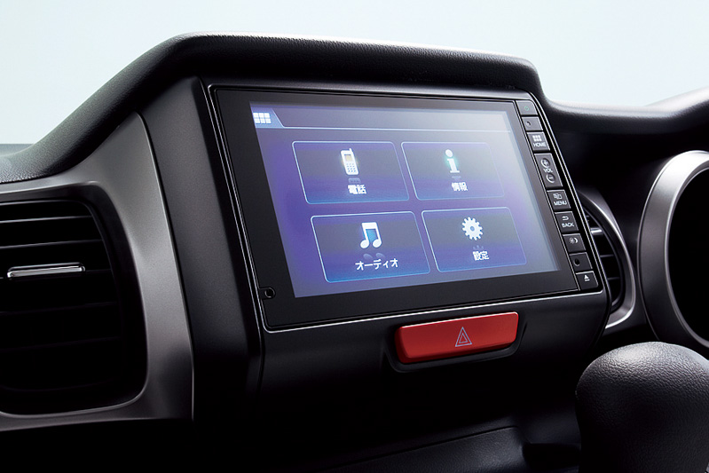 7インチのタッチパネルを備えるディスプレイオーディオはG以外のグレードでオプション装着が可能