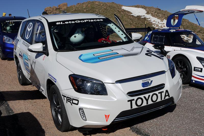 「トヨタRAV4 EV」。ドライバーはなんと米国トヨタ副社長のSteve Wickham氏