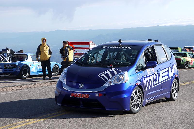 「ホンダFit EV」は米国ホンダの社員がドライブ。2014年もアメリカホンダ(カリフォルニア)とホンダ技術研究所オハイオのアメリカ人有志チームが参戦。FitのほかNSXなど4台のホンダ車でチャレンジし完走を果たした