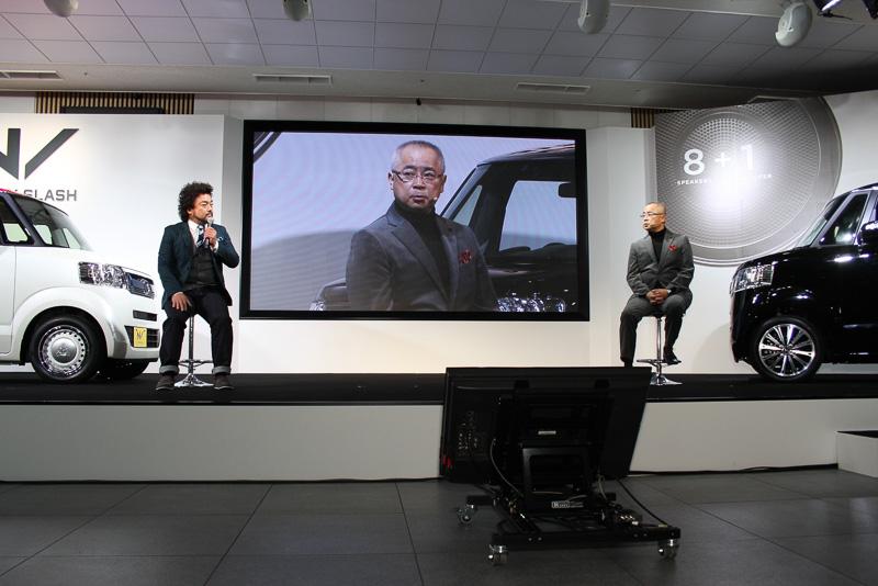 本田技術研究所 四輪R&Dセンター 開発責任者(LPL)浅木泰昭氏(右)とナビゲーターとして出演したタレントのパパイヤ鈴木氏(左)