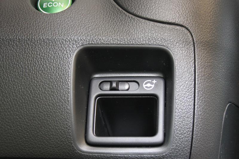 現在は「標準」状態。スイッチを右側にスライドさせると電動パワーステアリングのアシスト力が「軽め」になる