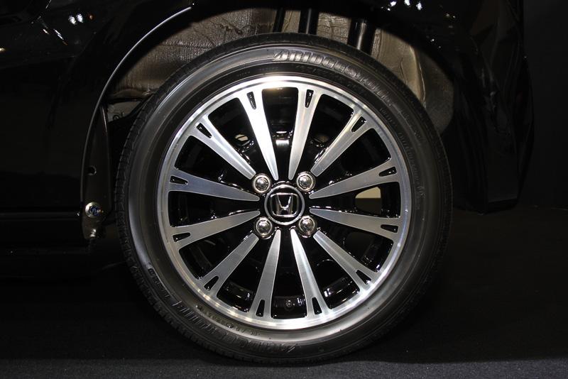 X・ターボ専用の15インチアルミホイール。タイヤサイズは165/55 R15 75V