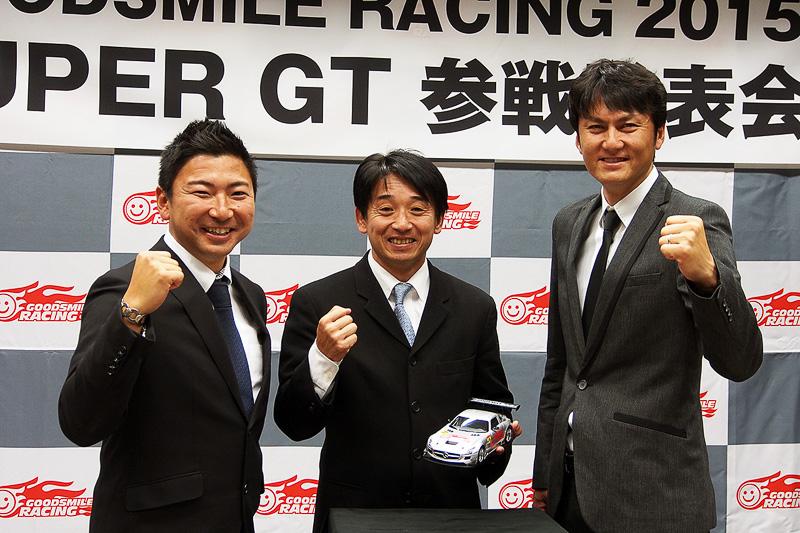 メルセデス・ベンツ SLS AMG GT3を手にする片山右京チーム監督と、ドライバーの谷口信輝選手(右)と片岡龍也選手(左)