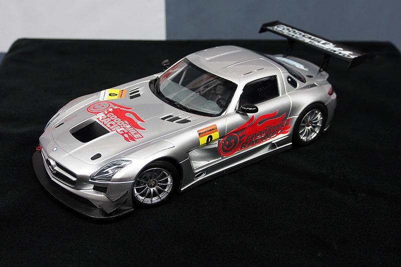 2015年車両となる「メルセデス・ベンツ SLS AMG GT3」。値段を聞かれると安藝氏は「Amazonで3万円(笑)」。写真はその3万円のミニカーにGSRのステッカーやゼッケンを貼ったもので、実際のカラーリングは2015年2月8日に公開される